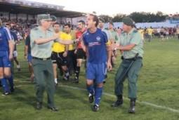 El capitán del Binissalem Miquel Angel Salas, abandona furioso el campo entre dos agentes de la Guardia Civil.  Fotos: Odiel Información