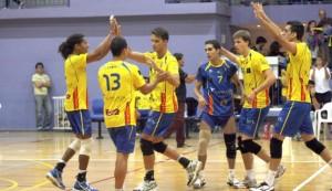 Guerrero, en el centro, choca las manos de Christian López y Solanas.  J. A. RIERA