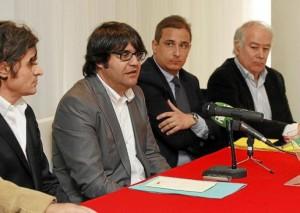 Pepe Vidal, segundo por la izquierda, durante la rueda de prensa del lunes, en la que anunció que el CD Ibiza recibía 60.000 euros de un patrocinador italiano para reforzar el equipo de cara a la fase de Regional Preferente. g Foto: DANI ESPINOSA