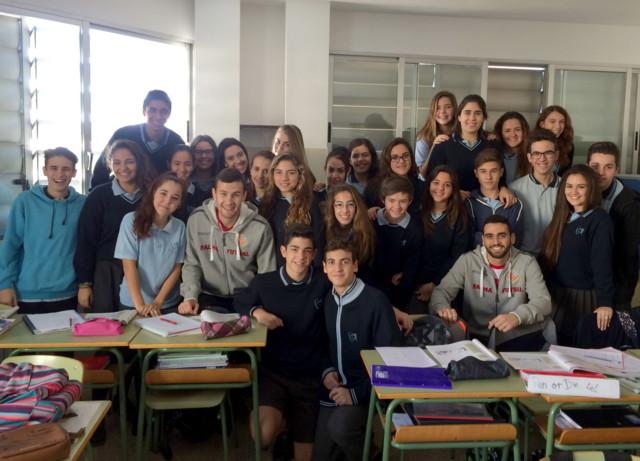 Tomaz y Paradynski con los niños del colegio Santa Magdalena Sofía de Palma 1