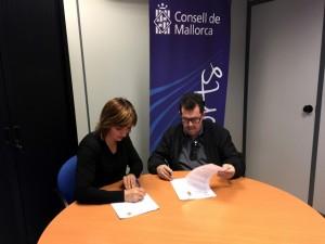 Margalida Portells y Miquel Jaume firman el convenio en la sede del Consell de Mallorca_