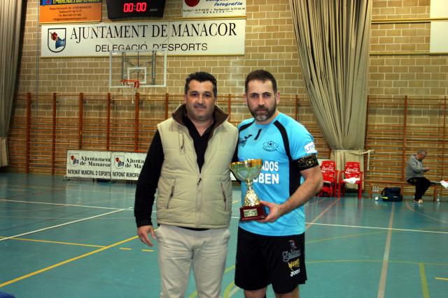 Toni Riera, presidente del AE Llevant, y Edu, capitán de Burela, con el trofeo de campeón.