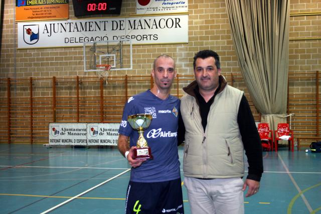 Vadillo, capitán del Palma Futsal, y Toni Riera, presidente del AE Llevant, con el trofeo de segundo clasificado.