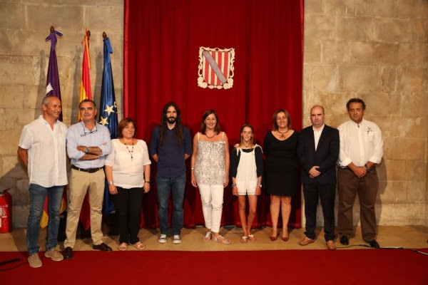 La campeona del mundo de Optimist con las autoridades, el presidente del Club Nàutic s'Arenal y miembros de la Federación Balear de Vela.