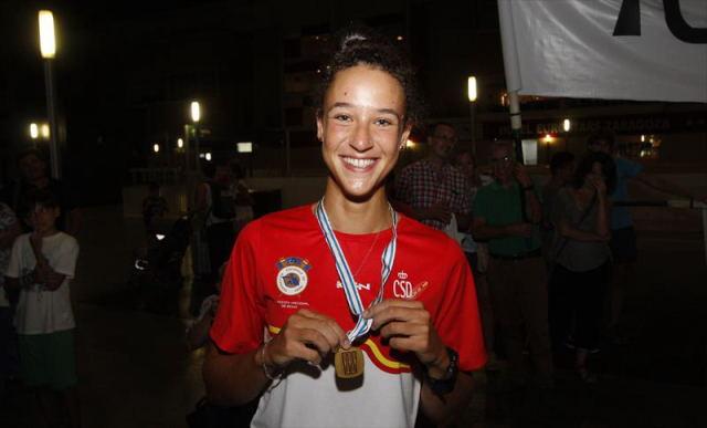 Esther Briz muestra la medalla de oro que consiguió en Lituania a su llegada a Zaragoza, anoche. - Jaime Galindo