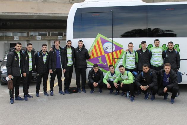 EL Palma Futsal posa con el autobús oficial del club antes de viajar a Madrid