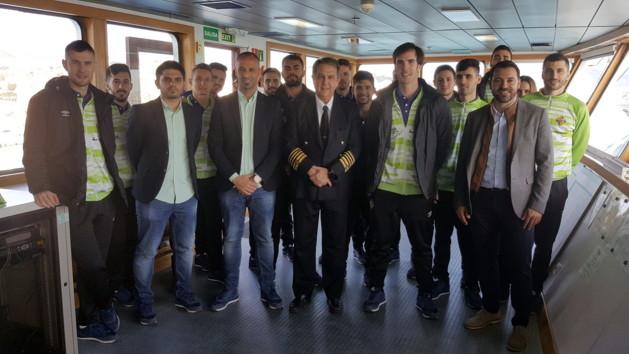 El Palma Futsal posa en el puente de mando del buque de Balearia