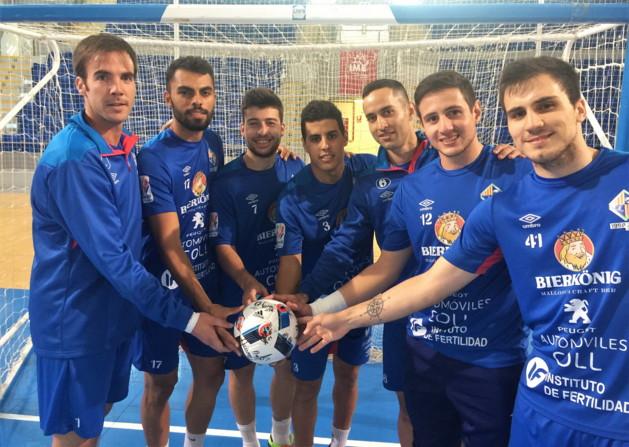 Los jugadores del Palma posan con el balón de la final de la Copa de Sevilla