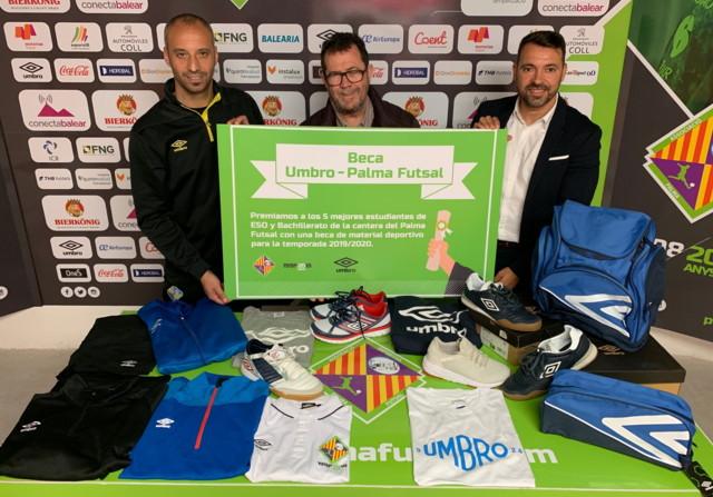 Vadillo, Miquel Jaume y José Tirado posan con el diploma de la beca Umbro-Palma Futsal para premiar a los mejores alumnos