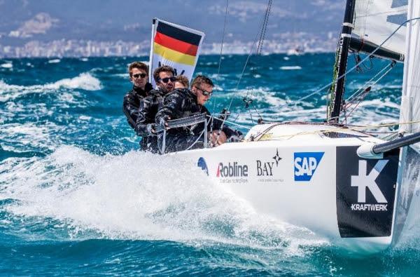 El equipo ganador en plena competición en aguas del Arenal
