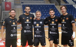 Los jugadores posan en Son Moix junto a Juanpe, segundo entrenador
