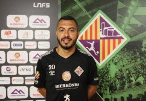 Allan posa con el escudo del Palma Futsal