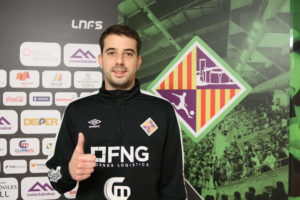 Fabio posa con el escudo del Palma Futsal (1)